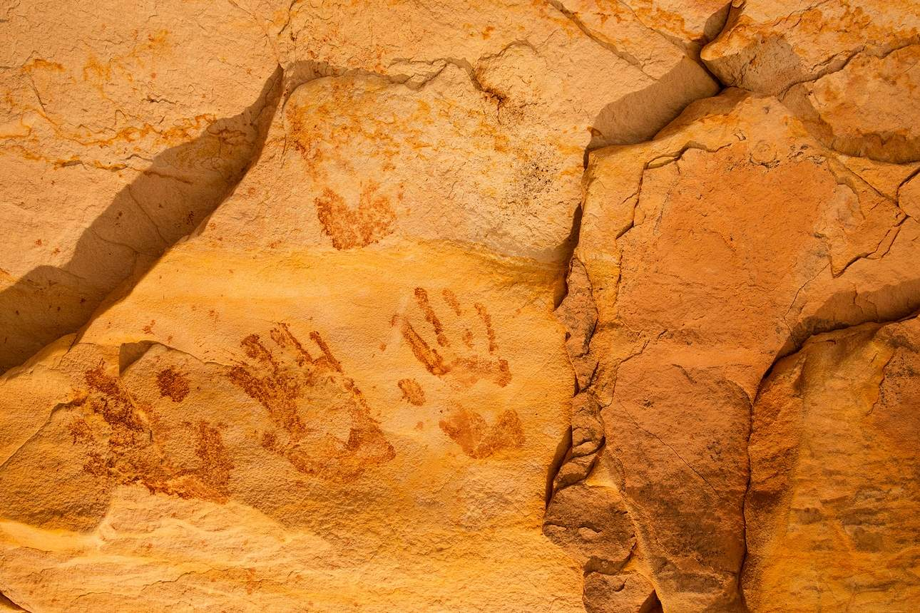 etched in stone living spirits tell sacred story of a vanishing cultural landscape features more than 150 photographs and 12 essays about the significance of native american imagery in the southwest