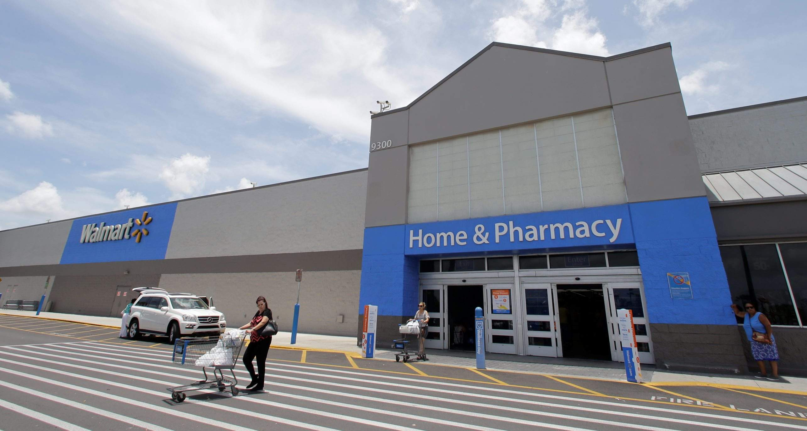 walmart will aggressively pursue online sales over the next few years and plans to build just 25 new stores next year