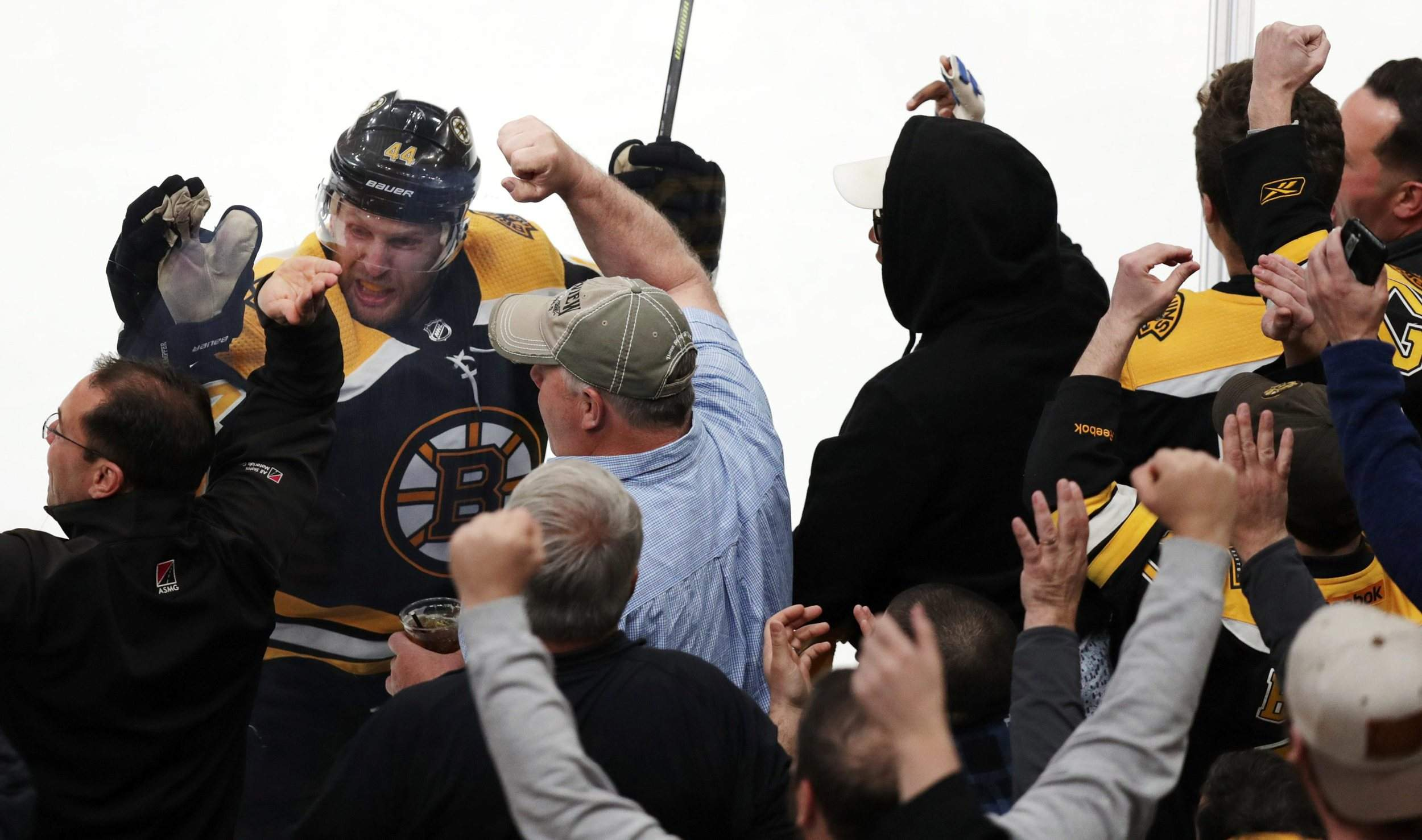 Bruins' score 4 goals in 3rd, beat Hurricanes